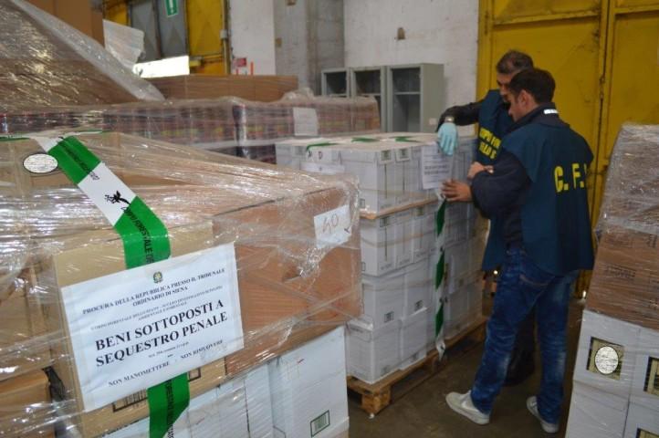 Le bottiglie di olio contraffatto sequestrate dalla Forestale