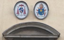 Le insegne sul palazzo della Curia di Firenze