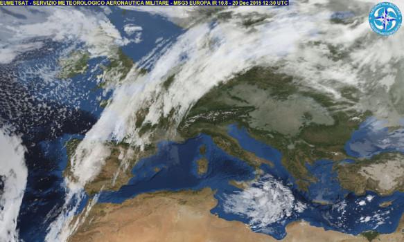 La situazione sul Mediterraneo. L'anticiclone (per ora) fa da barriera alle pertubazioni atlantiche che scorrono dalla Spagna verso nord