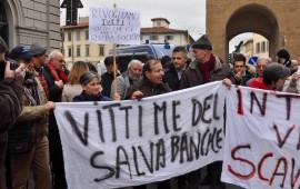 """Il comitato """"Vittime del Salva-Banche"""" davanti alla Leopolda a Firenze"""