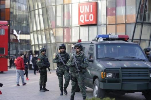 Poliziotti armati nella zona di Sanlitun a Pechino