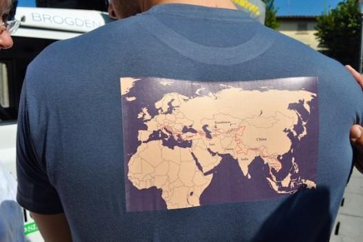 La maglietta con le tappe dell'avventuroso viaggio