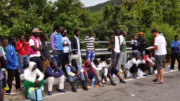 Un gruppo di migranti in arrivo a Firenze