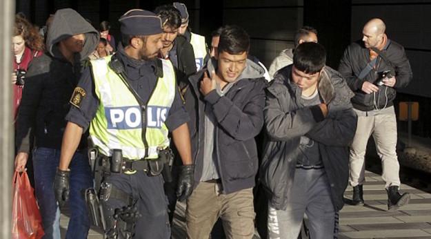 Un arrivo di migranti in Svezia controllato dalla polizia