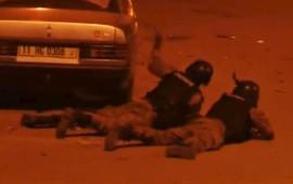 Soldati del Burkina Faso durante l'attacco terroristico a Ouagadougu