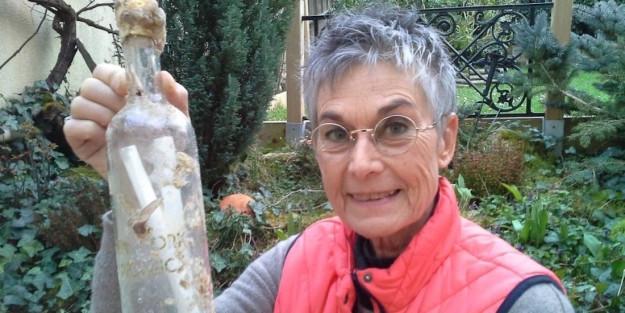 """Brigitte Barthélémy con la """"sua"""" bottiglia"""