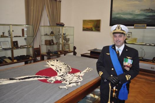La bandiera del corso Sjo-Hokar  e il contrammiraglio Ertreo