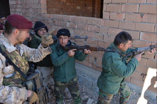 Un parà itaiiano addestra militari curdi Peshmerga