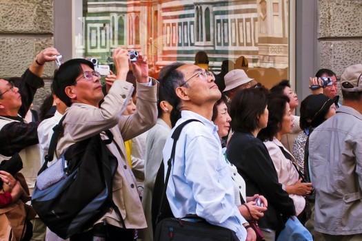 Turisti sempre alla ricerca di guide turistiche di qualità