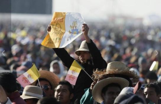 La folla in attesa del papa a Epatapec
