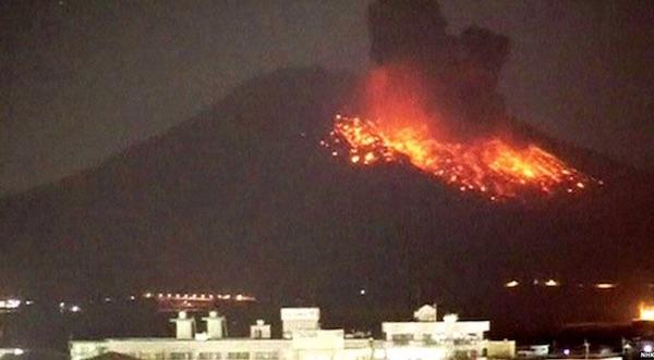 L'eruzione del Sakurajima a poca distanza da centri abitati