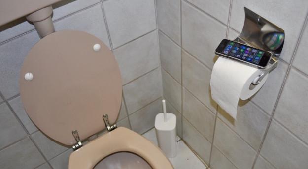 Lo smartphone ha un posto importante in bagno