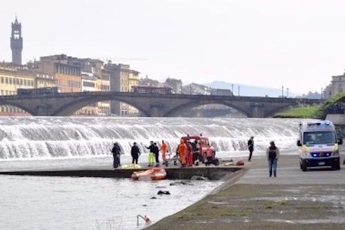 I soccorritori in azione sul greto dell'Arno (Foto Vigili del Fuoco)