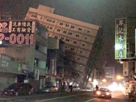 Un palazzo crollato nella città di Tainan nell'isola di Taiwan