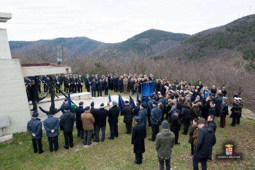 La cerimonia al monumento ai Caduti (Foto Laboratorio Fotografico Accademia Navale)
