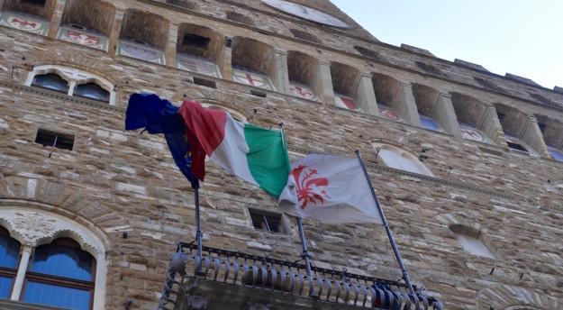 Bandiere sul balcone di Palazzo Vecchio
