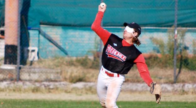 Un giocatore non vedente durante una partita di baseball