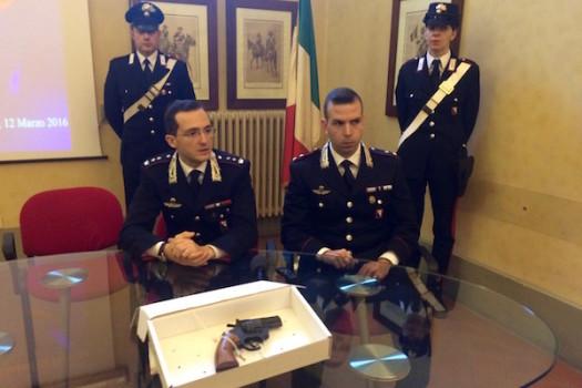 Il tenente colonnello Agatino Spoto e il tenente Fabio Alfieri dei Carabinieri con l'arma utilizzata nella sparatoria a san Piero a Ponti