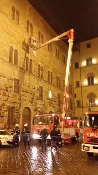 L'intervento dei Vigili del Fuoco in piazza Strozzi