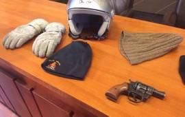 Pistola, cappucci e guanti pronti per la rapina di piazza Tanucci