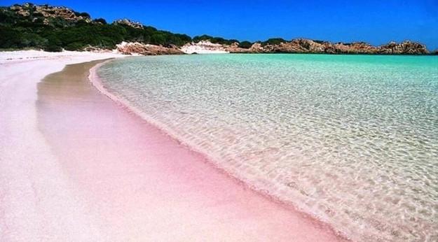La celebre spiaggia rosa dell'Isola di Budelli