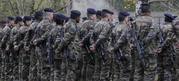 Militari della riserva durante un addestramento (foto Le Figaro)