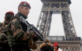 Militari in assetto antiterrorismo a Parigi