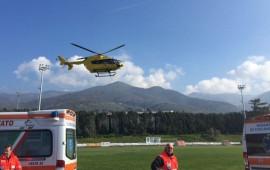 L'elicottero Pegaso 1 al decollo dal campo sportivo di Reggello