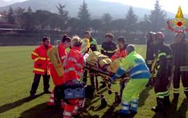I soccorritori trasportano Sofia all'elicottero del 118