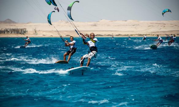 Una gara di kiteboarding