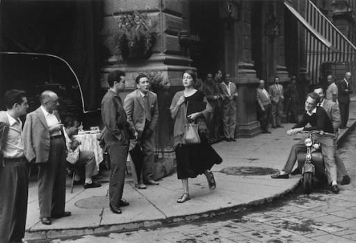 American girl in Italy: una celebre foto del 1951 davanti al caffè Gilli