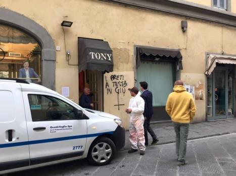 Scritte offensive contro la Chiesa viste dal sindaco Nardella