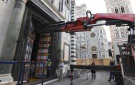 La rimozione della porta sud del Battistero per restauro (foto Opera del Duomo Firenze)