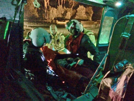 Una fase del recupero sull'elicottero della Guardia Costiera