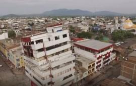 Un edificio danneggiato dal terremoto in Ecuador