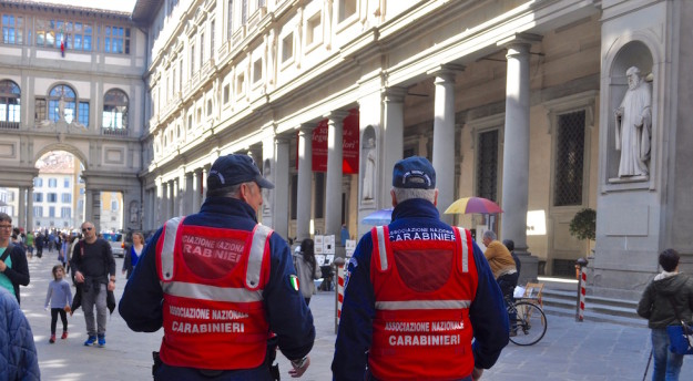 Una pattuglia di Carabinieri in congedo in servizio nel piazzale degli Uffizi