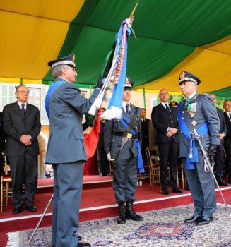 Il passaggio della bandiera tra i generali Capolupo e Toschi