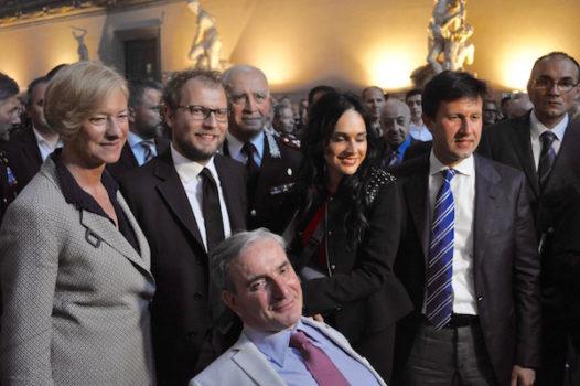 Il maresciallo Giangrande e alle sue spalle il ministro Pinotti, il sottosegretario Lotti, il generale Del Sette, Martina Giangrande, il sindaco Nardella