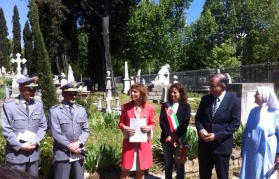 La cerimonia di riconsegna dei cipressi al cimitero degli Inglesi