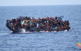 Un barcone di migranti si sta rovesciando nel Mediterraneo