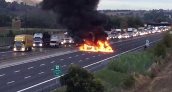 L'A14 bloccata dalle auto in fiamme dopo la rapina