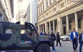 Un blindato dell'Esercito sul loggiato degli Uffizi