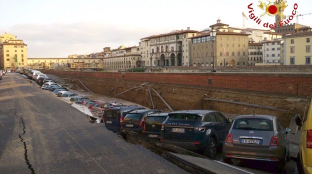 La lunga voragine sul lungarno Torrigiani accanto al ponte Vecchio