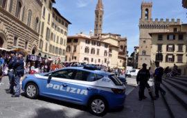 Una volante della Polizia di Stato in piazza San Firenze