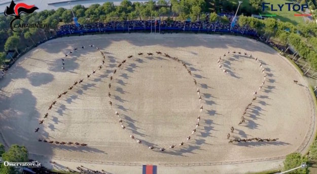 Il numero 202 disegnato dai cavalli del 4° Reggimento per il compleanno dei Carabinieri