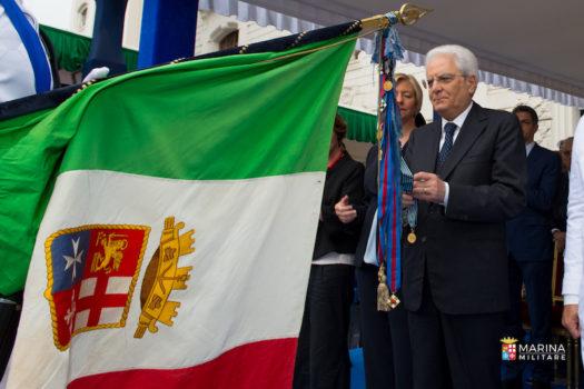 Il Presidente Mattarella decora la Bandiera della Marina con la medaglia d'oro per la salute pubblica