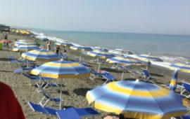 Ombrelloni e sdraio abusive su un tratto di spiaggia libera a Marina di Bibbona