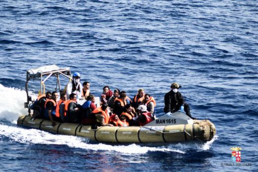 Un salvataggio in mare di maigranti, tra cui donne e bambini  (Foto Marina Militare)