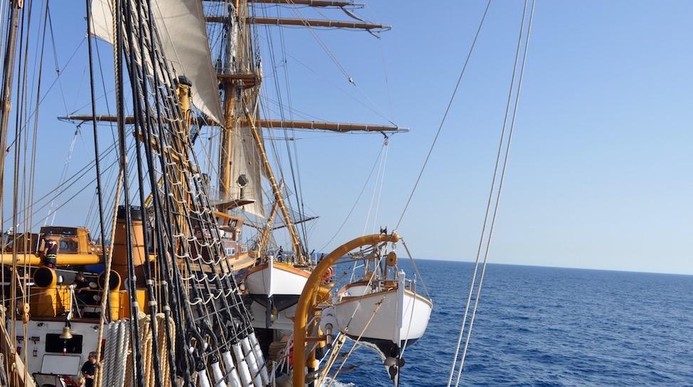 Nave Vespucci in navigazione nel mar Tirreno