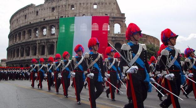 Sfilano gli allievi Ufficiali dei Carabinieri